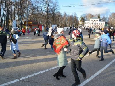 В Угличе станцевали кадриль на Успенской площади